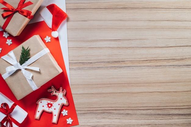Rand von geschenkboxen und kiefernspielzeug auf holzoberfläche