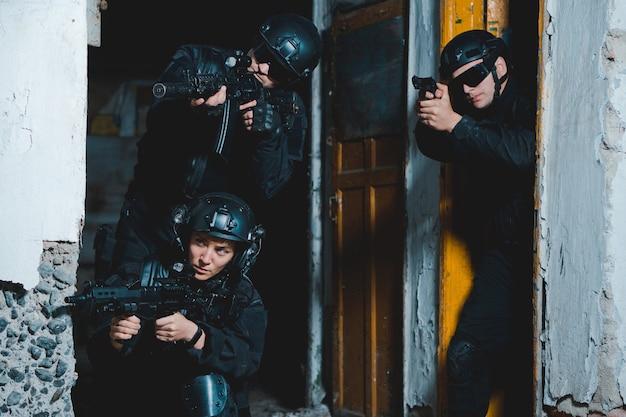 Rangers in schwarzen uniformen mit waffen
