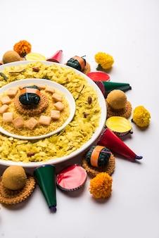 Rangoli oder design aus indischen snacks oder süßigkeiten und feuerwerkskörpern oder patakhe für das diwali-festival