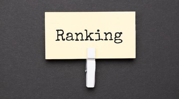 Ranking-text auf papier mit weißem clip.