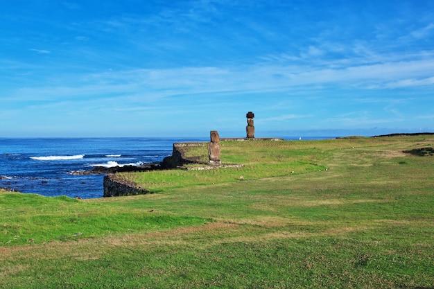 Rapa nui. die statue moai in ahu tahai auf der osterinsel, chile