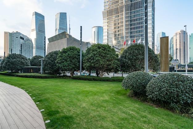 Rasen- und bürogebäude im finanzzentrum lujiazui, shanghai, china