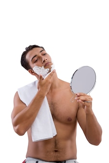 Rasieren des gutaussehenden mannes lokalisiert auf weiß
