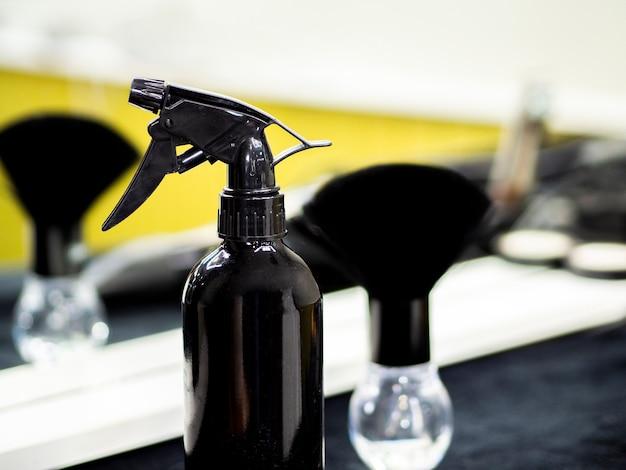Rasierpinsel und sprühflasche mit unscharfer flasche