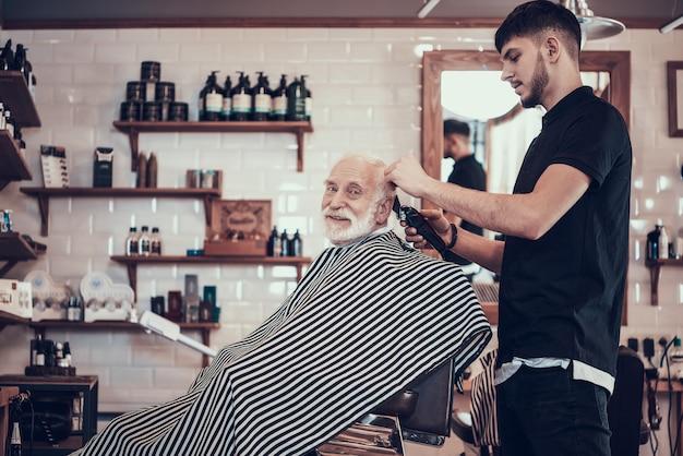 Rasiert grauhaarigen erwachsenen nacken mit rasiermesser