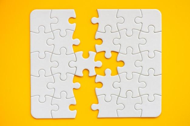 Raster der weißen quadratischen puzzleteile