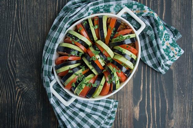 Ratatouille ist ein traditionelles französisches gemüsegericht, das im ofen gekocht wird.