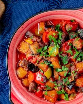 Ratatouille paprika fleisch aubergine tomaten kartoffel draufsicht