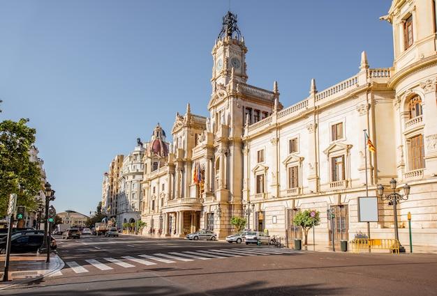 Rathausgebäude während des morgenlichts in der stadt valencia in spanien