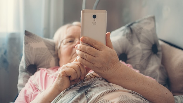 Ratschläge zur selbstisolierung von coronaviren für älteste über 70, soziale isolation und einsamkeit bei älteren menschen. altersgruppenrisiko für coronavirus