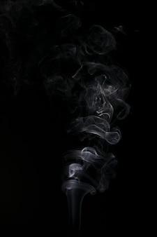 Rauch abstrakt im dunklen hintergrund