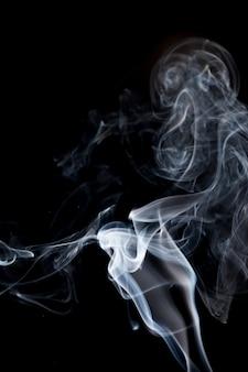 Rauch auf schwarz.