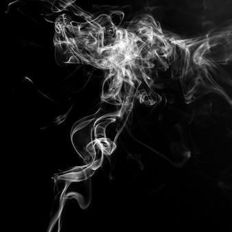 Rauch auf schwarzem hintergrund isoliert