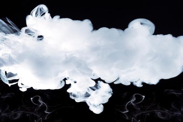 Rauch auf schwarzem hintergrund