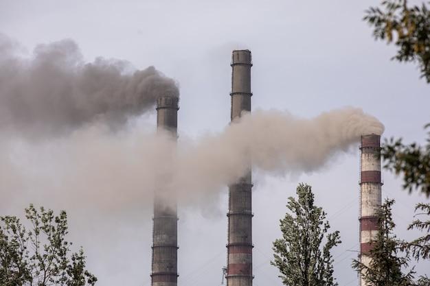Rauch aus den rohren der wärmestation