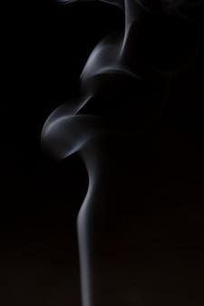 Rauch aus räucherstäbchen der aromatherapie mit dem geruch von sandelholz und ätherischem öl in der chinesischen medizin.