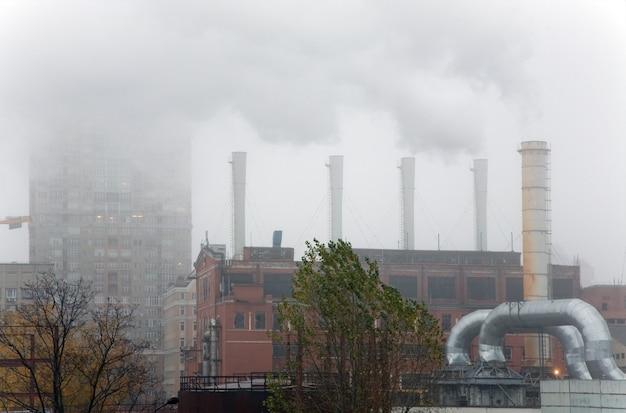 Rauch aus schornsteinen von industrieobjekten unter den wohnvierteln der stadt kiew kiev