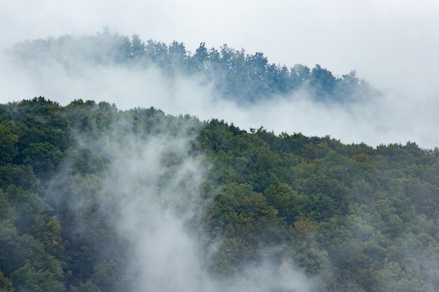 Rauch bedeckt den berg medvednica