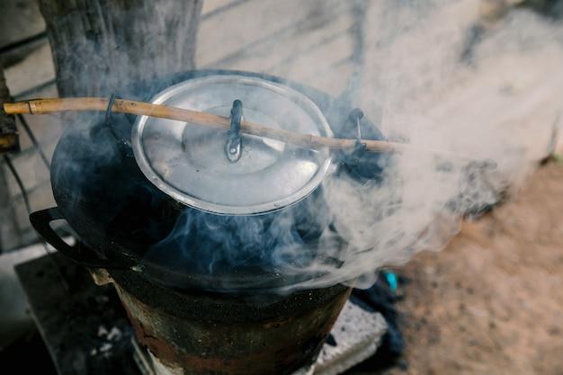 Rauch den herd neben dem holzkohlenherd.