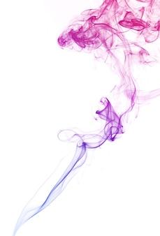 Rauch schwebende pastellfarbe in der luft auf weißem hintergrund