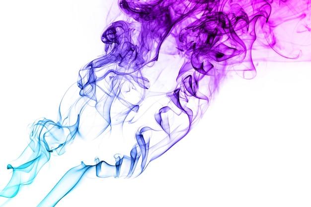 Rauch schwebt bunt in der luft auf weißem hintergrund