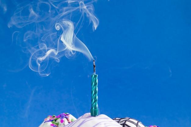 Rauch steigt aus der ausgeblasenen kerze auf