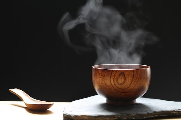 Rauch steigt aus heißer suppe in der tasse