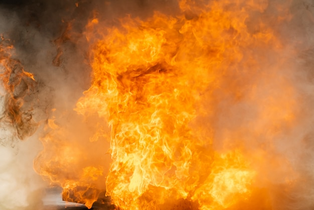 Rauch und brennendes feuer flamme mit heizöl