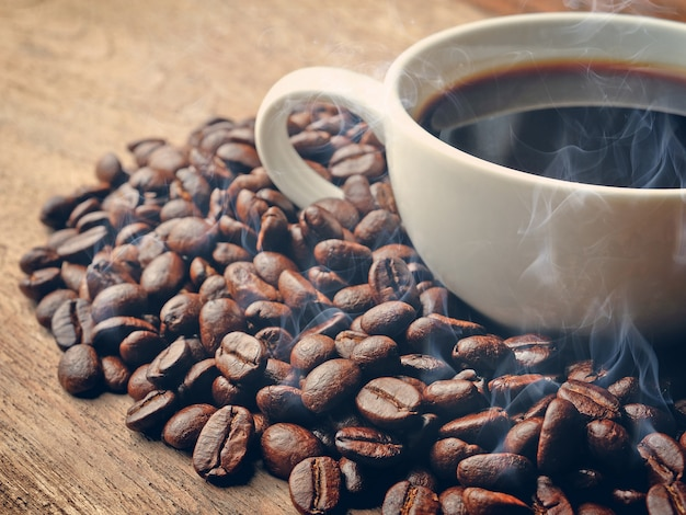 Rauch und gerösteter kaffee auf grunge-holz