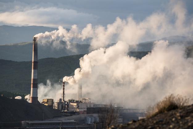 Rauch vom schornstein, der verschmutzung darstellt