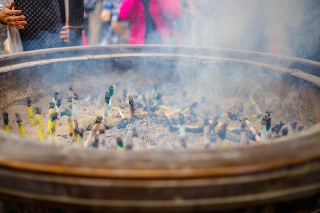 Rauch von vielen brennenden weihrauch in riesigen weihrauchbrenner, japan.