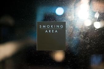 Rauchbereichzeichen-mitteilungsaufkleber auf glastürhintergrund