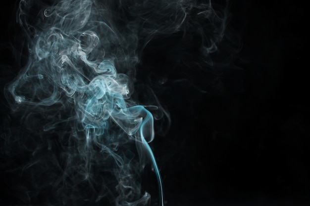 Rauchbewegung auf schwarzem hintergrund