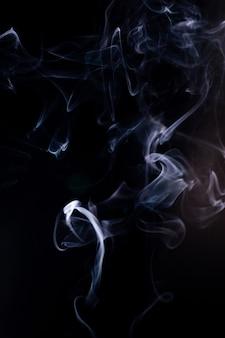 Rauchbewegung auf schwarzem hintergrund.