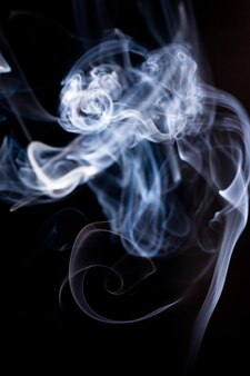 Rauchbewegung auf schwarzer oberfläche.
