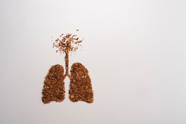 Rauchen tötet, konzept mit zigarette und tabak. rauchverbot mit zigaretten und tabak