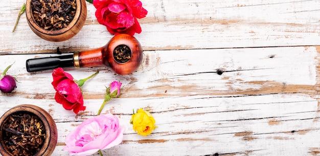 Rauchen von tabak mit rosengeschmack
