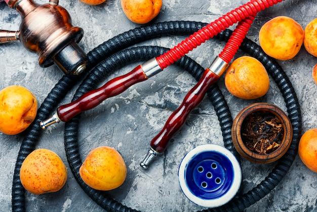 Rauchende arabische huka mit aprikosen