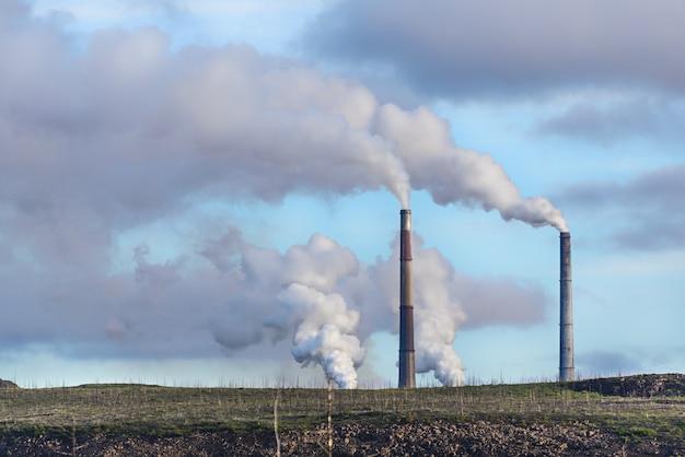 Rauchende fabrikschornsteine