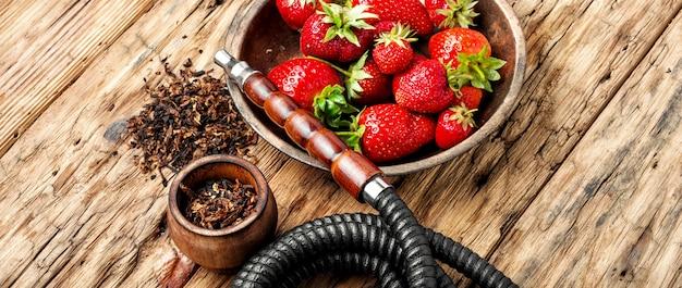 Rauchende huka auf erdbeere