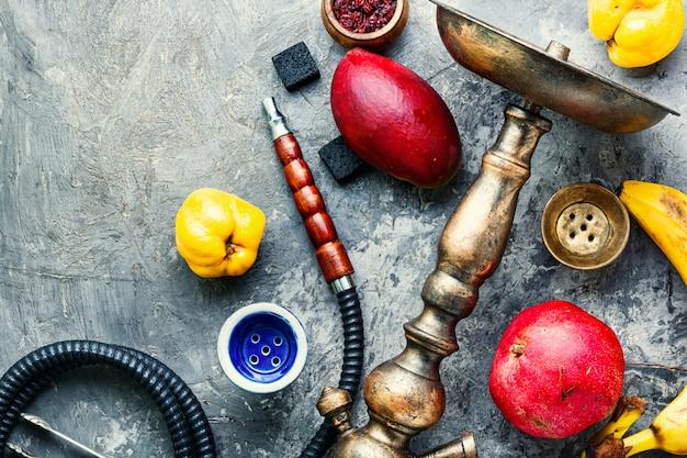 Rauchende huka der orientalischen frucht.