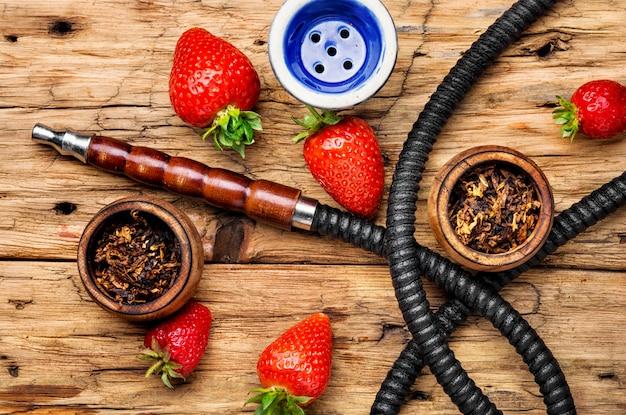 Rauchende shisha auf erdbeere