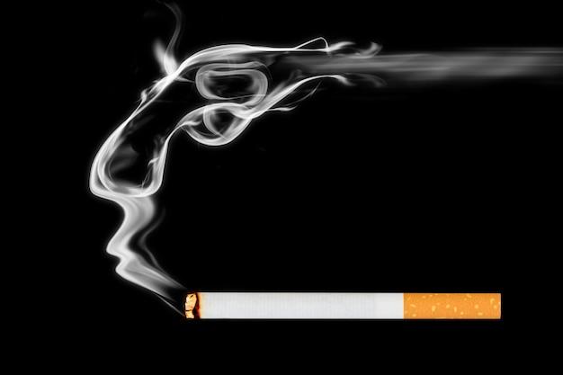 Rauchende zigarette auf schwarzem hintergrund. begehen sie selbstmord