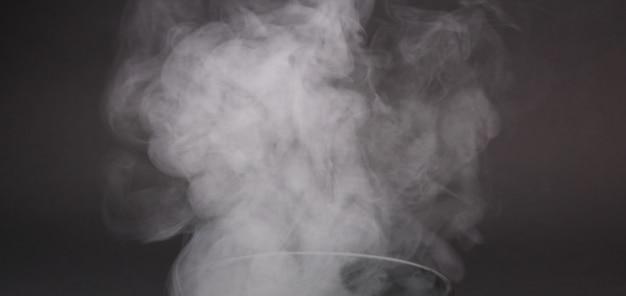 Rauchfragmente auf einem schwarzen