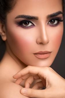 Rauchige augen, highlights und bronzener lippenstift