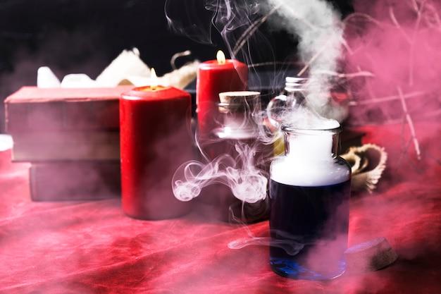 Rauchiger blauer trank mit halloween-dekorationen