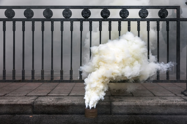 Rauchrauchbombe auf der straße während der protestaktion