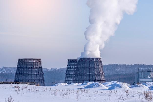 Rauchrohre eines wärmekraftwerks, die kohlendioxid in die atmosphäre abgeben