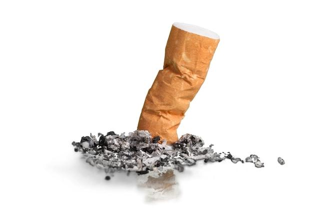 Rauchte eine zigarette auf weißem hintergrund