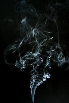 Rauchwolke mit schwarzem hintergrund. nebel textur